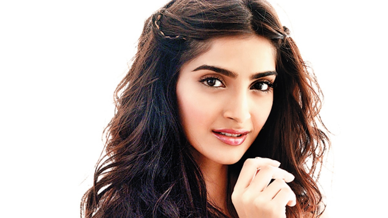 Watch Sonam Kapoor Plays Love Guru, Wants You To Break Out Of Messy Relationships-5673