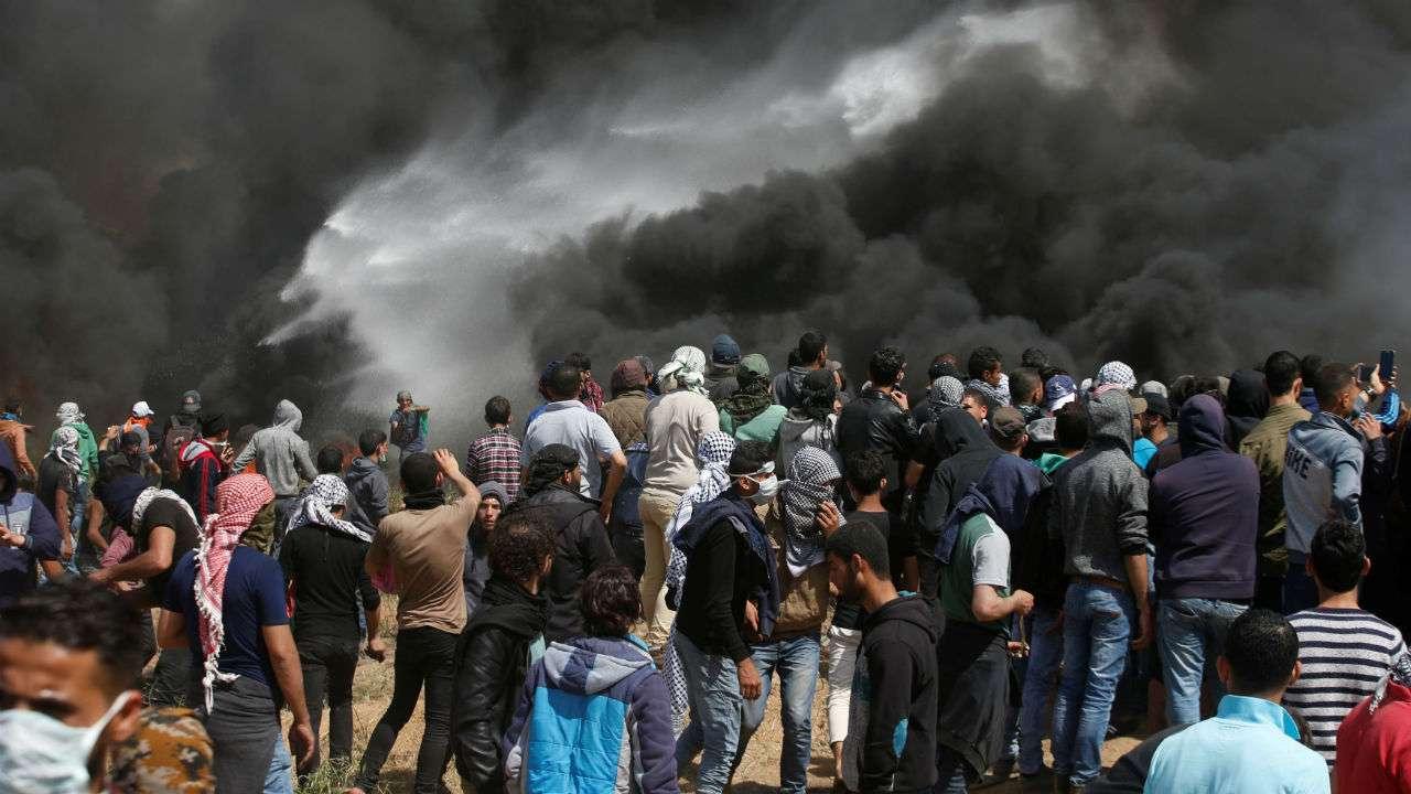 two palestinians killed as israel gaza border protests resume