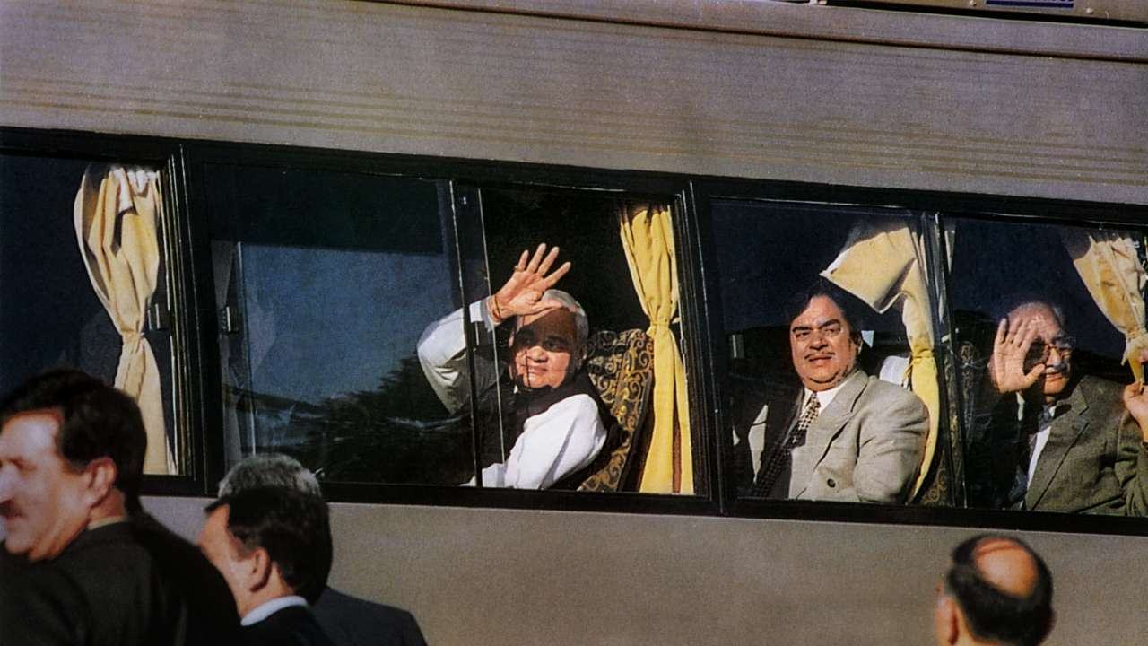 "Atal Bihari Vajpayee waves of the maiden Delhi-Lahore bus ""title ="" Atal Bihari Vajpayee waves of the maiden Delhi-Lahore bus ""data-title ="" February 19, 1999: Former Prime Minister Atal Bihari Vajpayee swings from the young Delhi-Lahore bus service on his arrival in Lahore to attend a summit meeting in Pakistan.  Photo & # 39; s: PTI ""data-url ="" http://www.dnaindia.com/india/photo-gallery-a-walk-down-memory-atal-bihari-vajpayee-s-political-career-at -a-view 2650758 / atal-bihari-vajpayee-waves-from-the-maiden-delhi-lahore-bus-2650799 ""class ="" img-responsive ""/>   <p> 14/25 </p> <h3/> <p>  19 February 1999: former Prime Minister Atal Bihari Vajpayee swings from the maiden Delhi-Lahore bus service upon his arrival in Lahore to attend a summit meeting in Pakistan </p> <p>  Photo Credits: PTI </p> </p></div> <p class="
