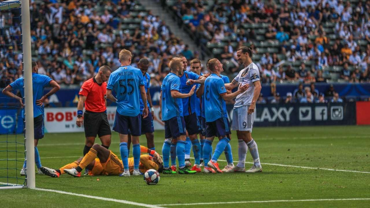 Zlatan goes full Zlatan: Ibrahimovic grabs opponent ...