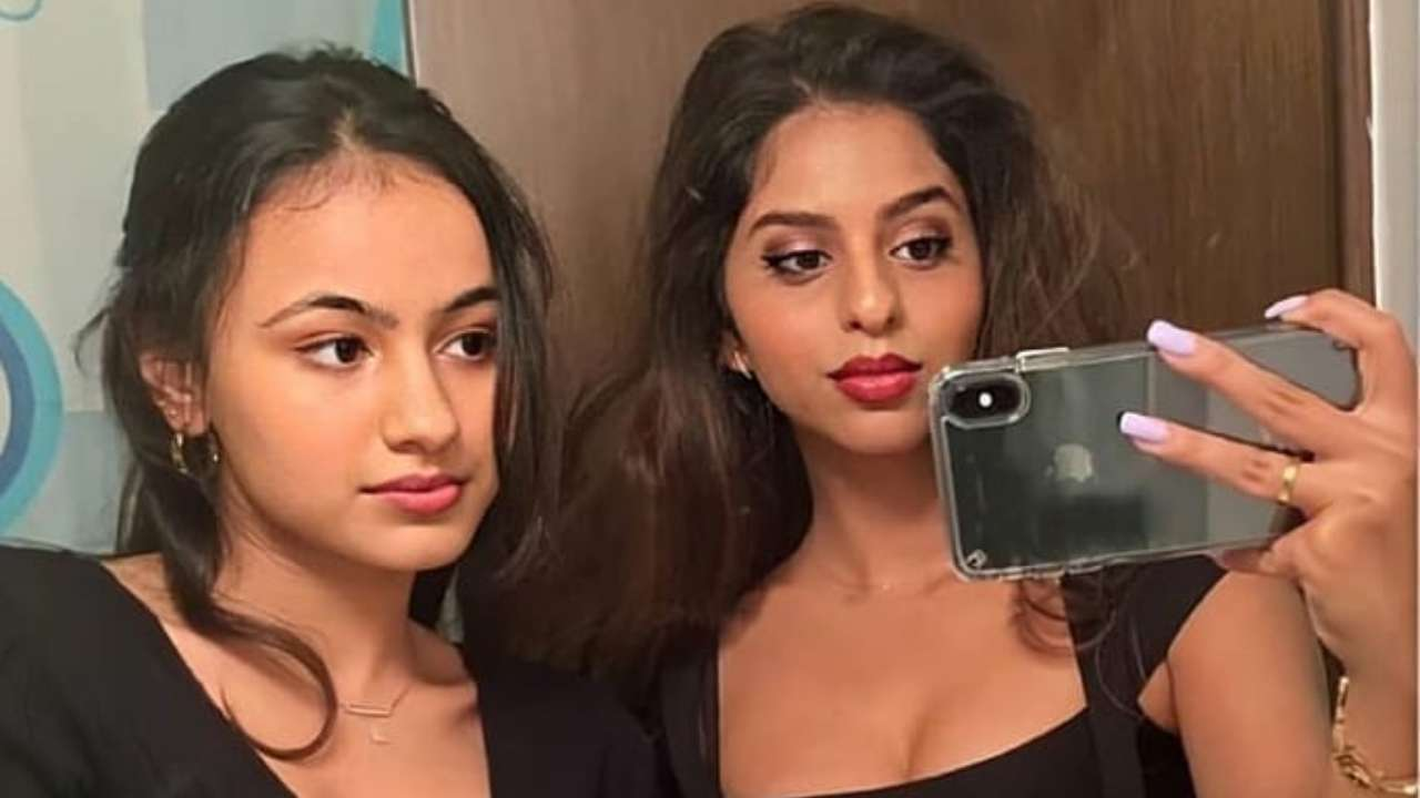 Suhana Khan twins with a friend donning an all-black look for a stylish mirror selfie