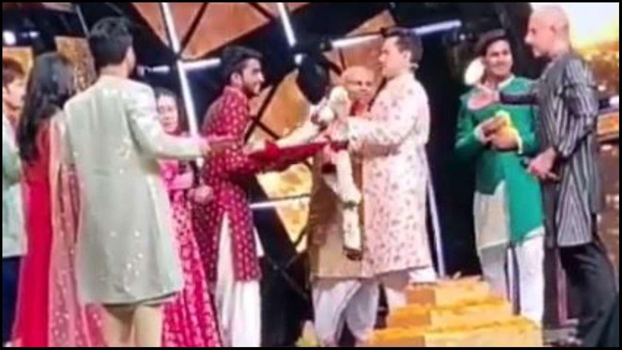 Indian Idol 13 Viral Video Neha Kakkar Aditya Narayan Tie The Knot With Vishal Dadlani As Witness