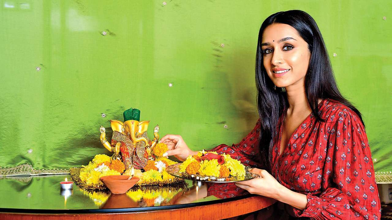 Shraddha Kapoor Extends Helping Hand Aids Paparazzi Financially Amid Covid 19 The team was pleasantly surprised when they got the chance to relish all the dishes personally selected by shraddha on sunday. shraddha kapoor extends helping hand