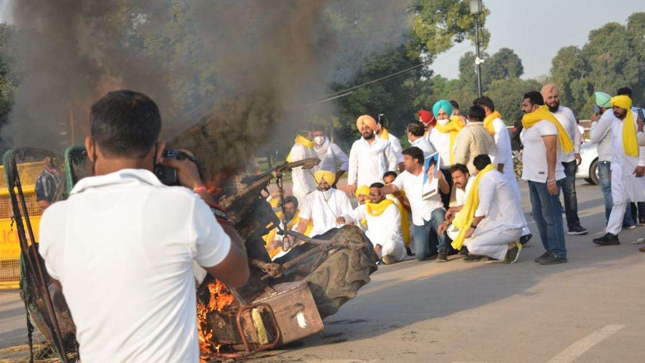 Delhi: Tractor set ablaze at India gate to protest against farm legislations; 5 detained