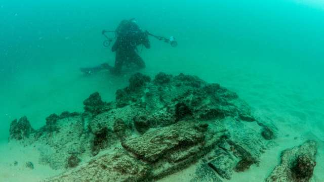 (Centuries-old shipwreck, in Cascais)