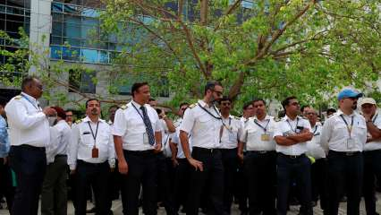 Jet engineers and pilots protesting