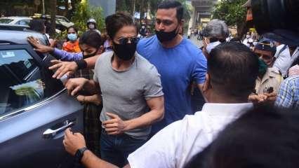 SRK arriving at Arthur Road Jail